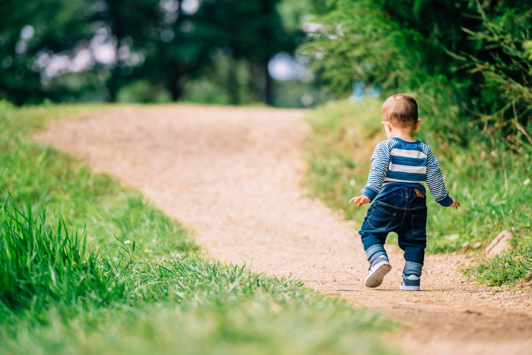 Первые шаги ребёнка фото